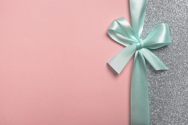 Różowy i srebrny prezent błyszczący tło karty upominkowej