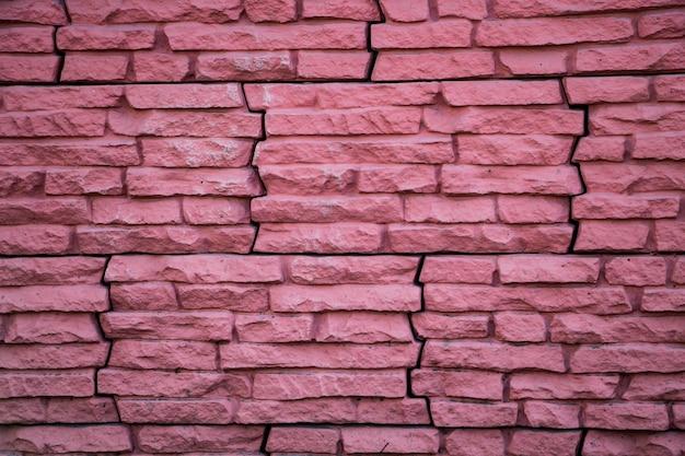 Różowy kamienny mur, elewacja domu