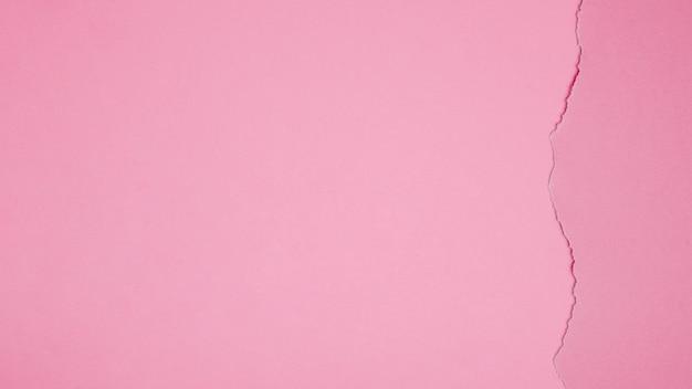 Różowy karton z pęknięciem