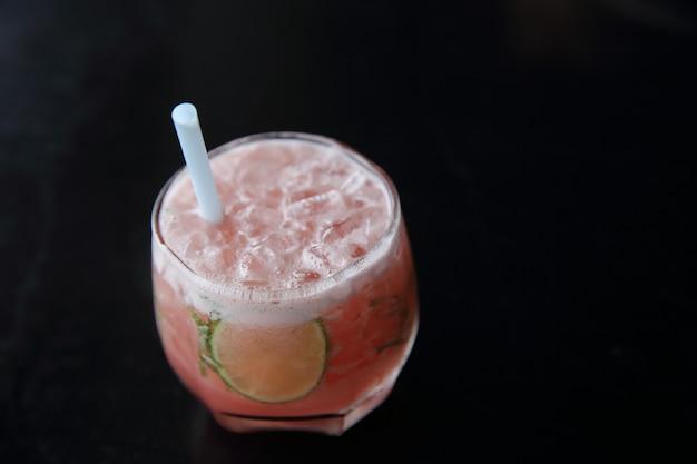 Różowy koktajl z limonką i miętą