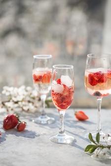 Różowy koktajl z szampanem lub prosecco i świeżymi malinami