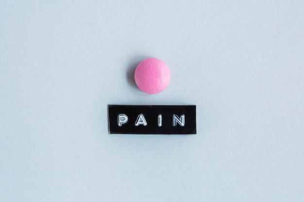 Różowy kolor tabeli z etykietą bólu