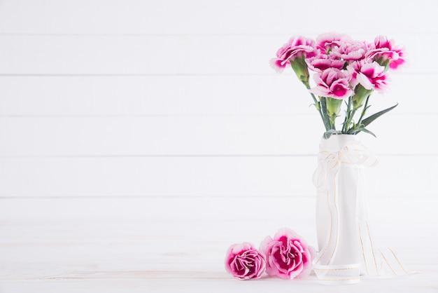 Różowy kwiat goździka w wazonie