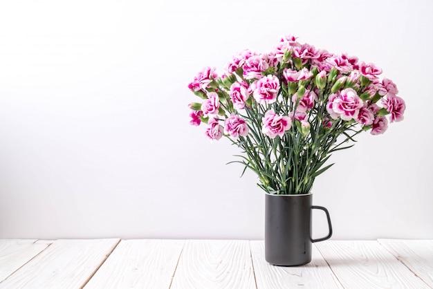 Różowy kwiat wiosny na backround drewna