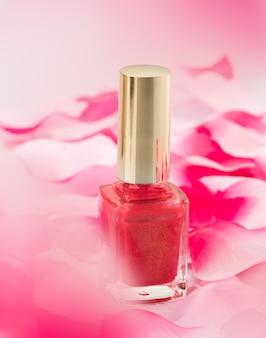 Różowy lakier do paznokci