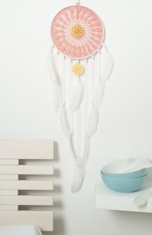 Różowy łapacz snów z białymi piórami