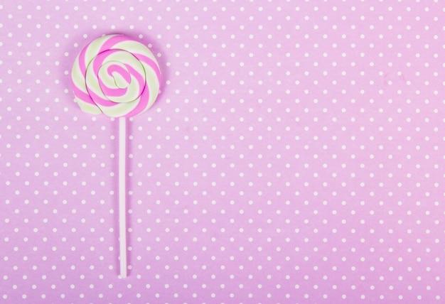 Różowy lollipop. różowe tło.
