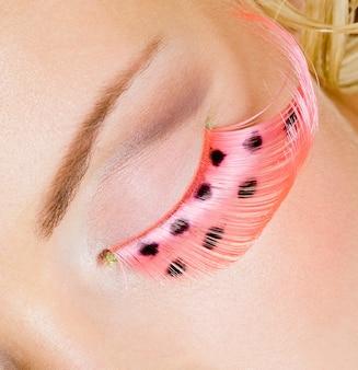 Różowy makijaż oczu z sztucznymi rzęsami - zdjęcia makro