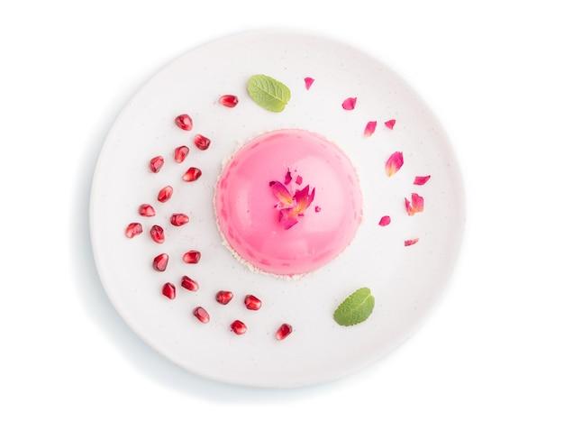 Różowy mus ciasto z truskawkami na białym tle. widok z góry.