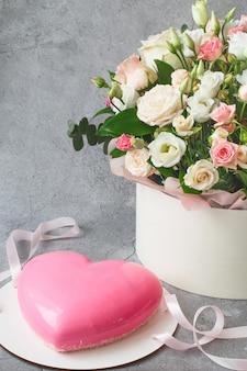 Różowy mus w kształcie serca i duży bukiet pięknych kwiatów