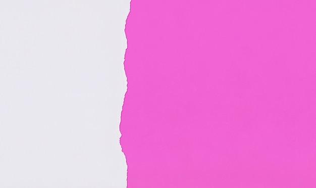 Różowy papier artystyczny z zakładkami i łzami do projektowania.