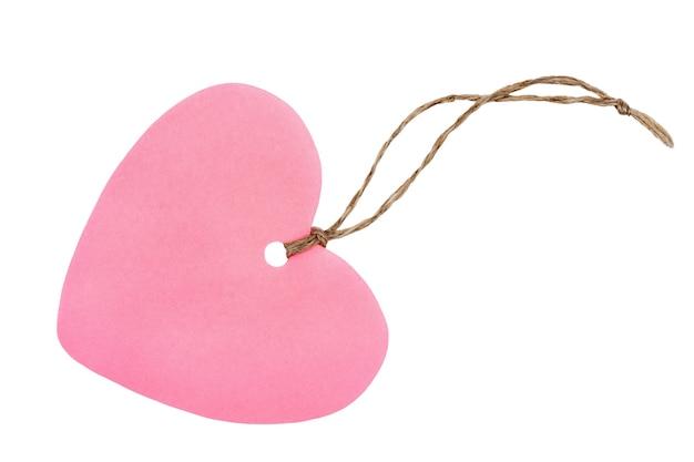 Różowy papier tag w kształcie serca z liny na białym tle. walentynki kartkę z życzeniami lub tag prezentu.