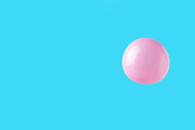 Różowy pastelowy balon na różowym tle. minimalizm. widok z góry