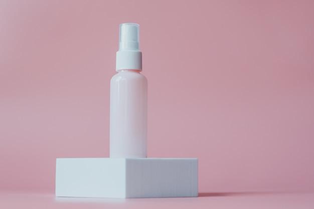 Różowy plastikowy pojemnik na kosmetyki na białej platformie