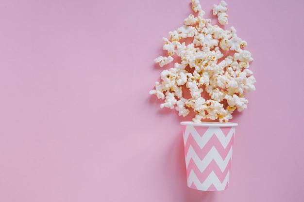 Różowy popcorn tło