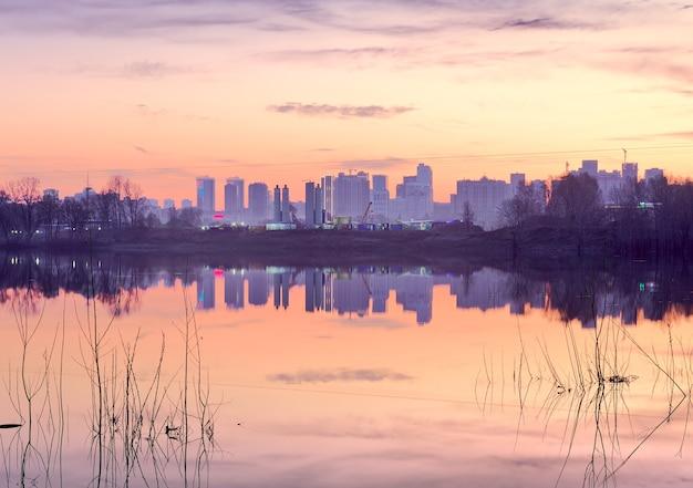 Różowy poranek w nowosybirsku sylwetki domów nad brzegiem rzeki ob