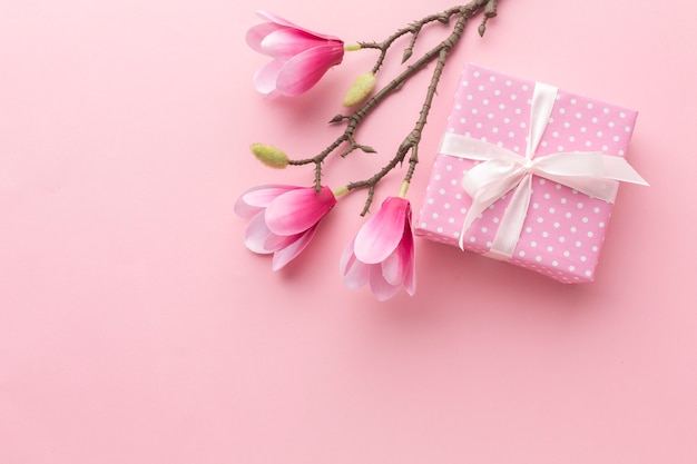 Różowy prezent z magnolii i miejsca kopiowania