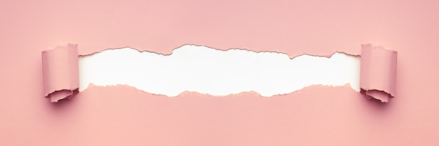 Różowy rozdarty papier do tekstu. minimalna koncepcja kreatywna.