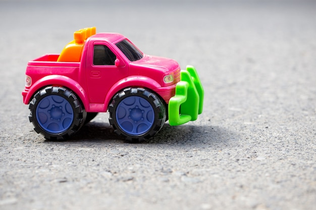 Różowy samochód zabawka samochód na asfalcie. samochód terenowy.