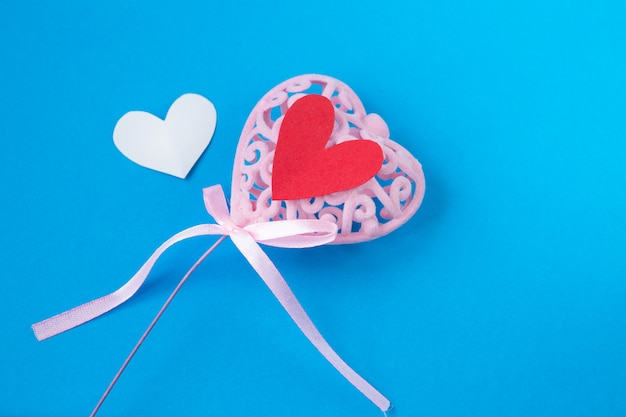Różowy serce z małymi czerwonymi sercami na błękitnym tle