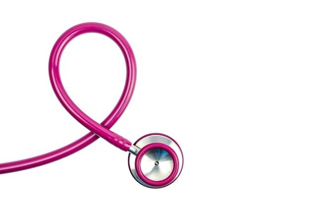 Różowy stetoskop jako symbol świadomości raka piersi na białym tle