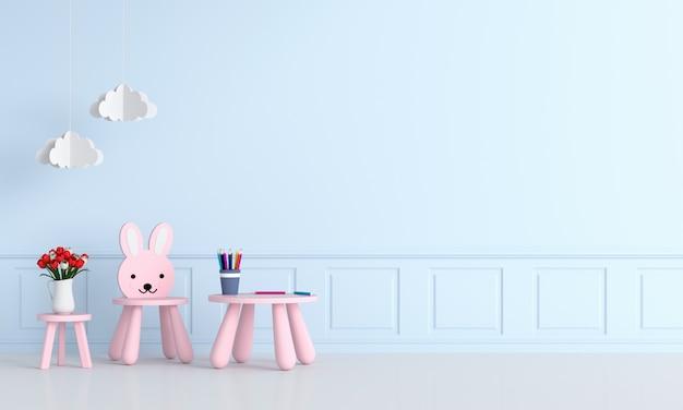Różowy stół i krzesło w jasnoniebieskim pokoju dziecięcym