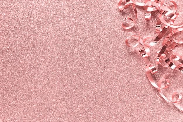 Różowy świąteczny backgound z błyszczącą wstążką
