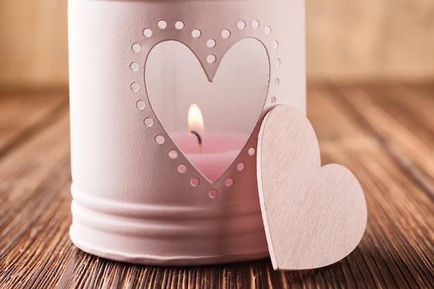 Różowy świecznik w kształcie serca.
