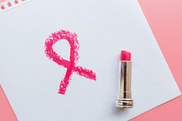Różowy symbol świadomości raka piersi pomalowany szminką