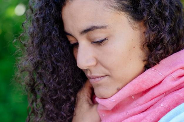 Różowy szalik nosi portret kobiety