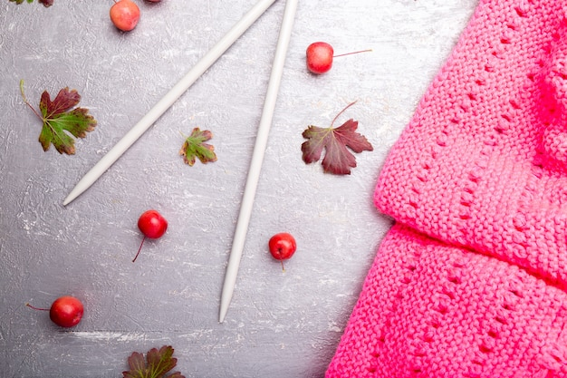 Różowy szalik przy drutach