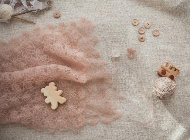 Różowy szalik szydełkowy