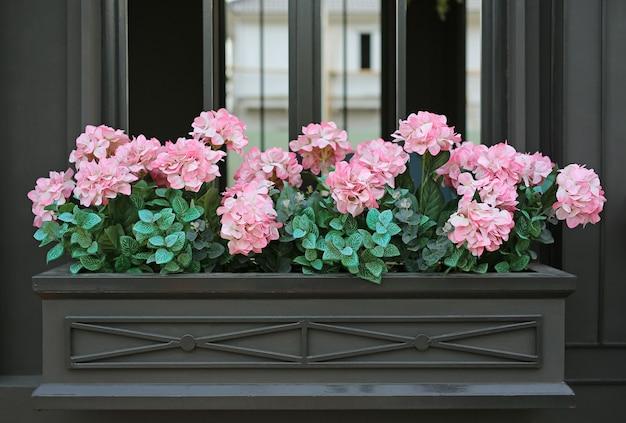 Różowy sztuczny kwitnący kwiat hortensji. dekoracja w letnim ogrodzie