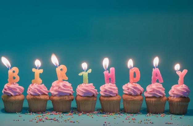 Różowy tort z świeczki urodzinowe na zielonym tle, z miejsca na kopię