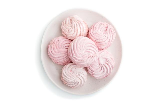 Różowy truskawka domowej roboty zefir lub ptasie mleczko na białym tle. widok z góry, z bliska.