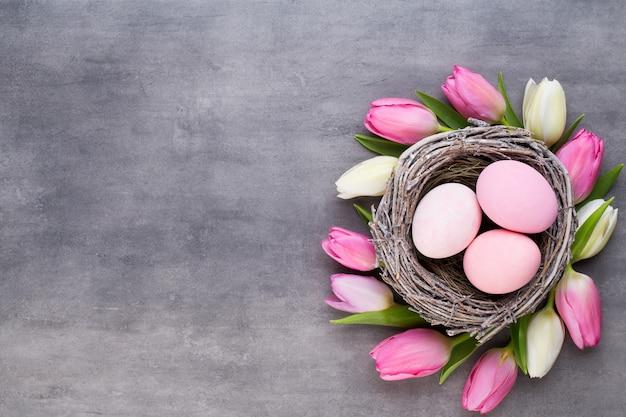 Różowy tulipan z różowymi jajkami gniazdo widok z góry