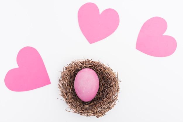 Różowy Wielkanocny Jajko W Gniazdeczku Na Stole Darmowe Zdjęcia