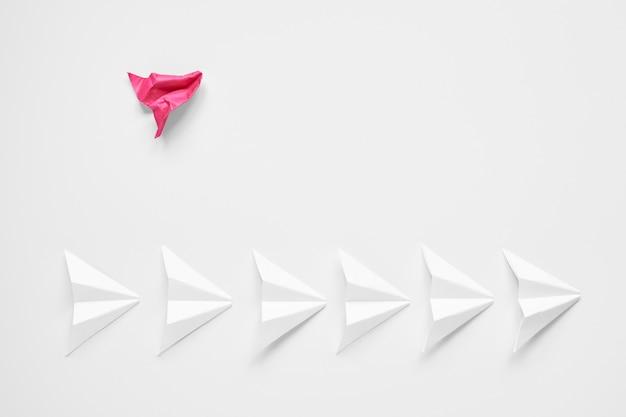 Różowy wyróżniający się samolot jest całkowicie zrujnowany i leży poza linią bieli.