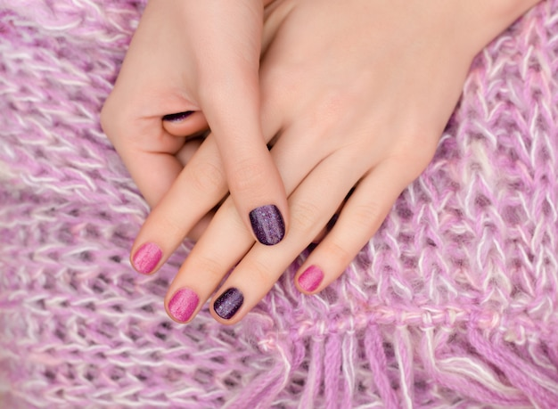 Różowy wzór paznokci. kobiece dłonie manicure z brokatem.