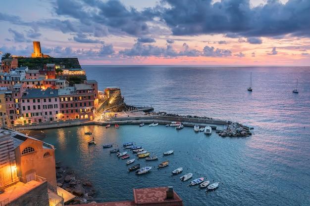 Różowy zachód słońca w liguryjskim mieście vernazza we włoszech cinque terre kultura śródziemnomorska