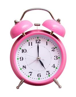 Różowy zegar na białym tle pokazuje 5 godzin