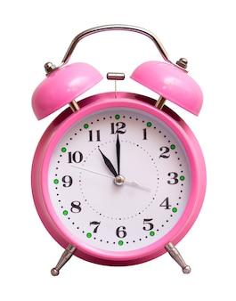 Różowy zegar na białym tle pokazuje godzinę 11
