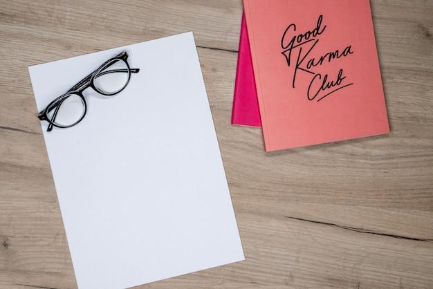 Różowy zeszyt, gazy i biały papier
