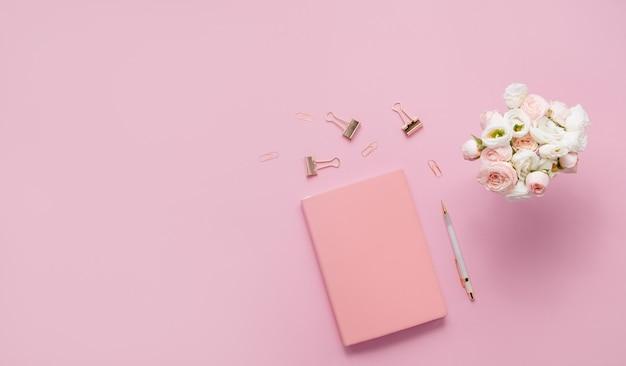 Różowy zeszyt z bukietem kwiatów