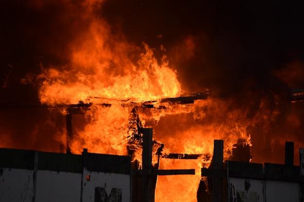 Rozpalanie opuszczonego budynku