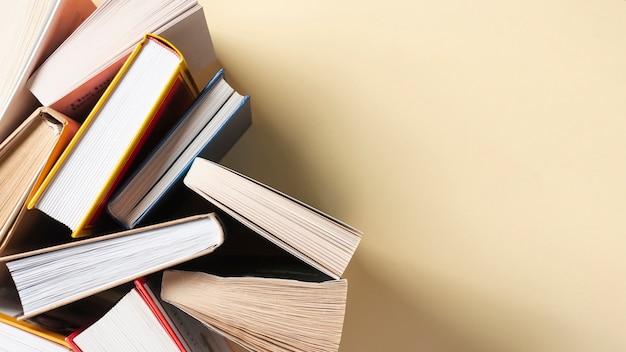 Rozpieczętowane książki na stole z kopii przestrzenią