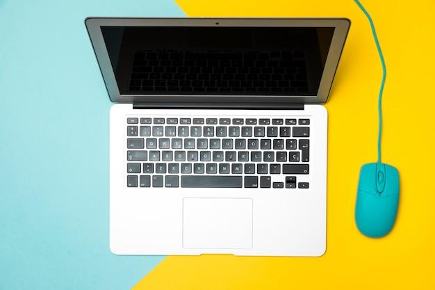 Rozpieczętowany laptop na colouful tle