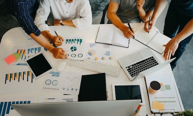Rozpoczęcie działalności grupy młodych ludzi biznesu i burzy mózgów na biurowym miejscu pracy.