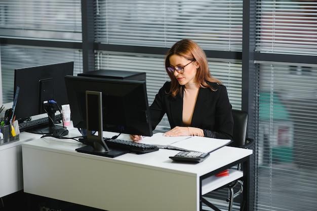 Rozpoczęcie działalności, pewne siebie kobiety kierują nową firmą