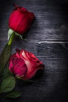 Rozprężone naturalne róże na drewnianego tła wersi wakacji pionowo pojęciu